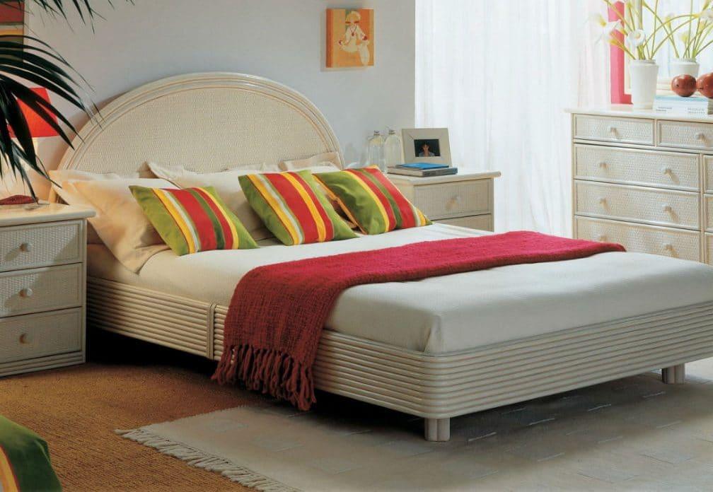 lit avec une tête de lit arrondie