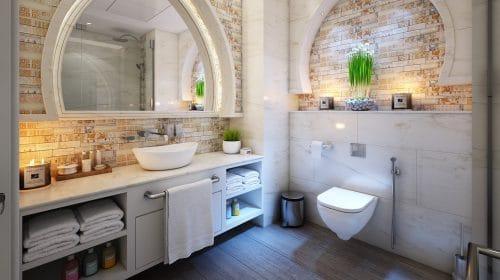 salle de bain avec parquet foncé