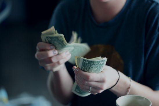 Une personne qui compte de l'argent