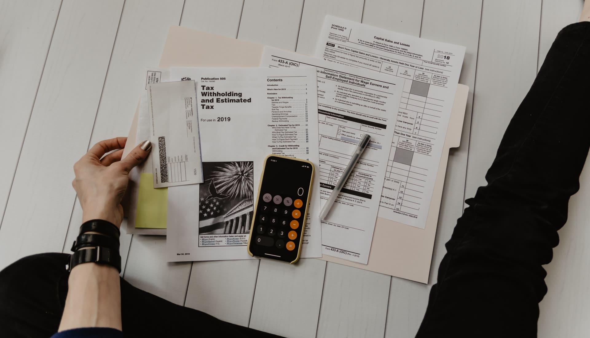 Des papiers, un téléphone et un stylo